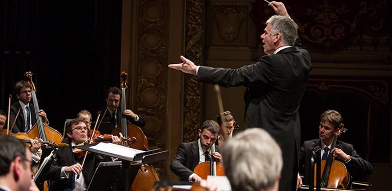 Grant Llewellyn dirigeant l'Orchestre Symphonique de Bretagne